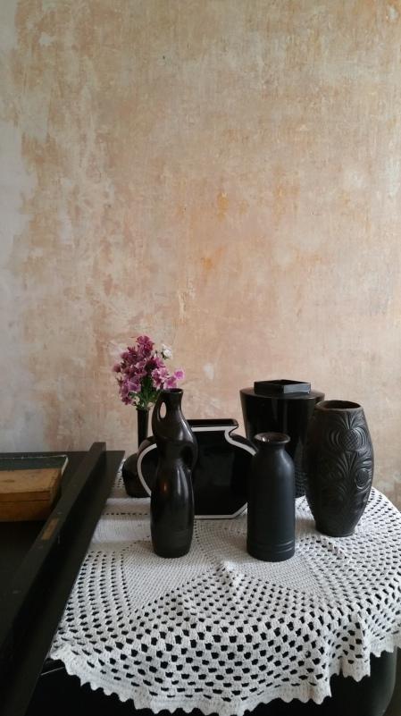 Black vases & black piano gamanacasa
