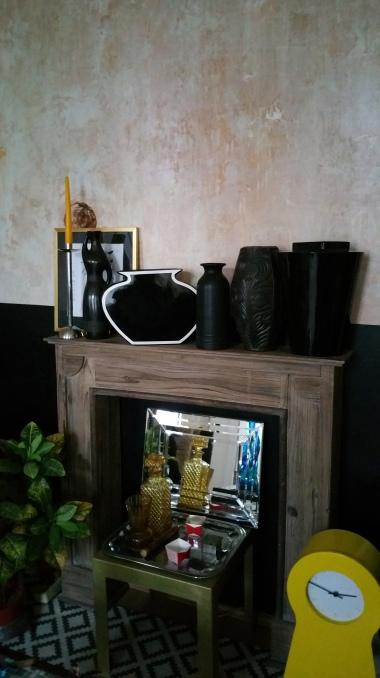 Mantel with black vases gamanacasa
