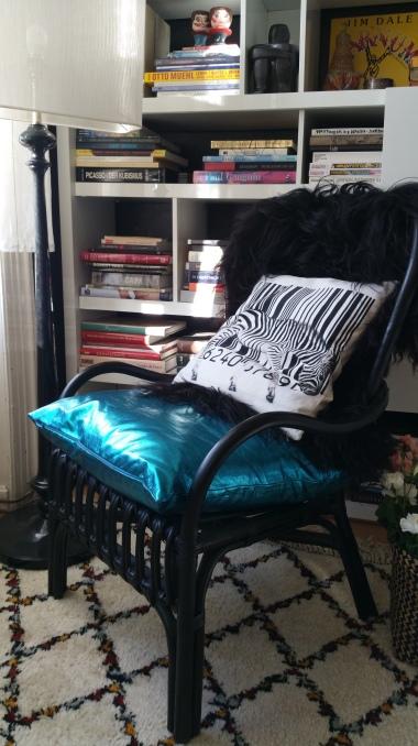 Metallic cushion & sheepskin gamanacasa