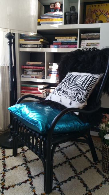 Metallic cushion & sheepskin gamanacasa