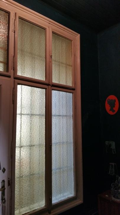 Same dark hue wall&ceiling gamanacasa